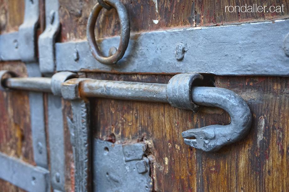 Alp a la Baixa Cerdanya. Forrellat de forja amb forma de drac a la porta de l'església de Sant Pere d'Alp.