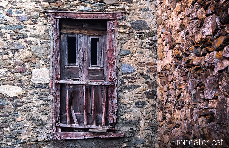 Porta esgavellada en un habitatge de pedra al carrer Berenguera. Baixa Cerdanya.
