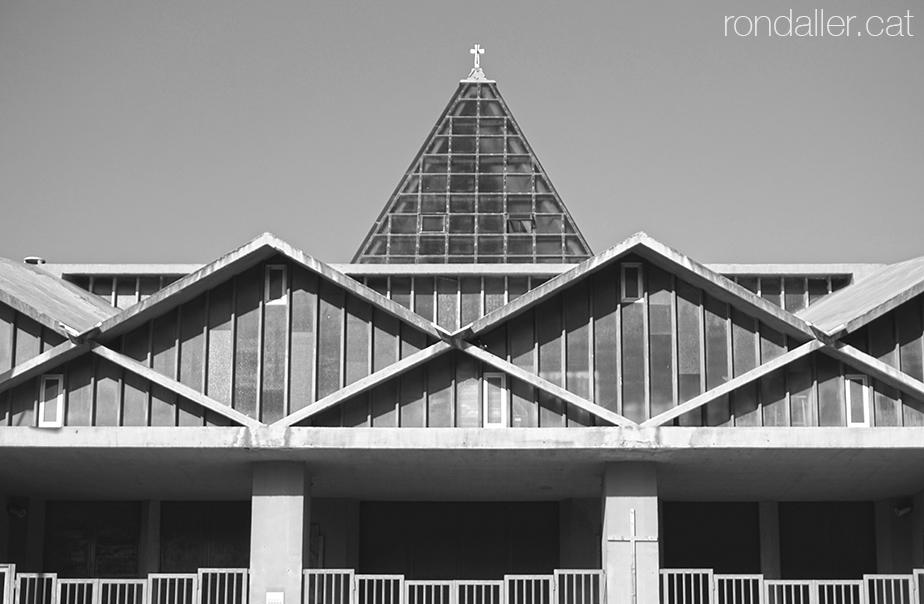 Brutalisme al Prat de Llobregat. Façana de l'església parroquial amb formes romboïdals.