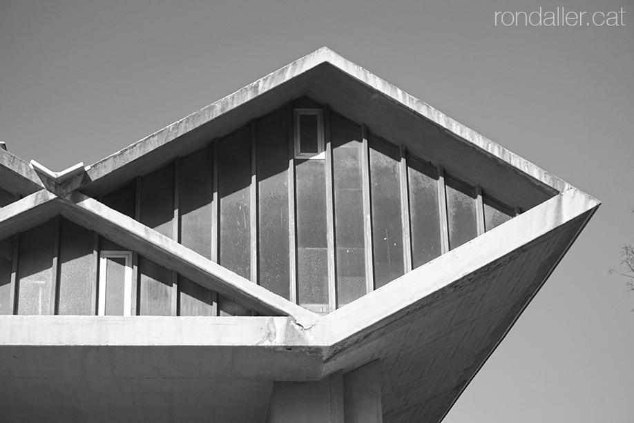 Brutalisme al Prat de Llobregat. Detall d'un dels rombs de la façana projectada per Robert Terrades Via.