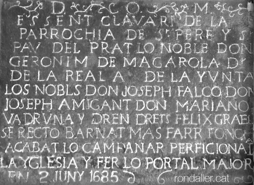 Inscripció de 1685 que commemora la finalització de l'antic temple parroquial del Prat de Llobregat.