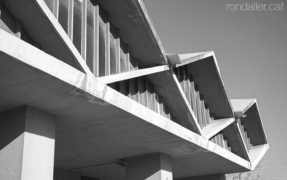 Brutalisme al Prat de Llobregat. El porxo de l'església projectada el 1966 per Robert Terrades Via.