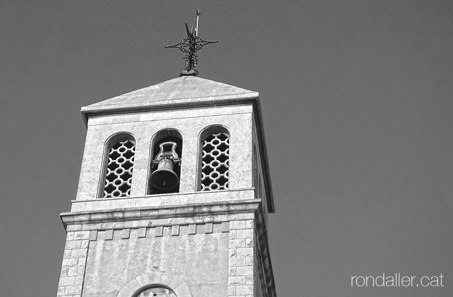 Campanar neoromànic de l'església parroquial del Prat de Llobregat construit el 1948.