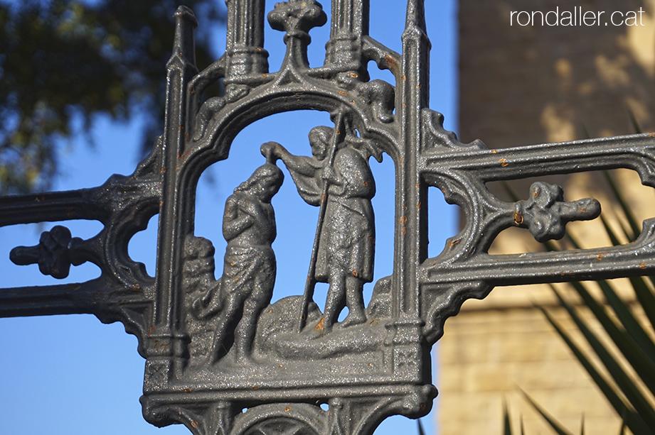 Detall de la creu de ferro de 1956 que commemora el quart centenari de la finalització del temple parroquial.