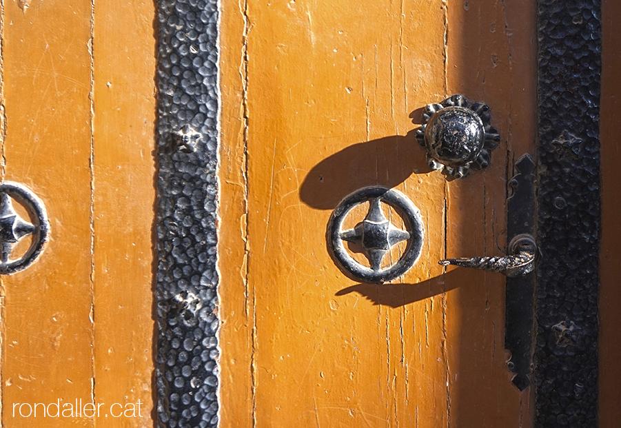 Pany i reforços de forja de la porta de la cripta de l'antiga església neoromànica.