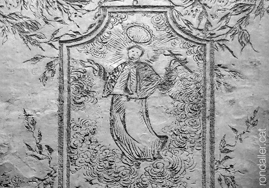Detall dels esgrafiats de Jujol on es veu Sant Josep Oriol entre núvols i motius florals.