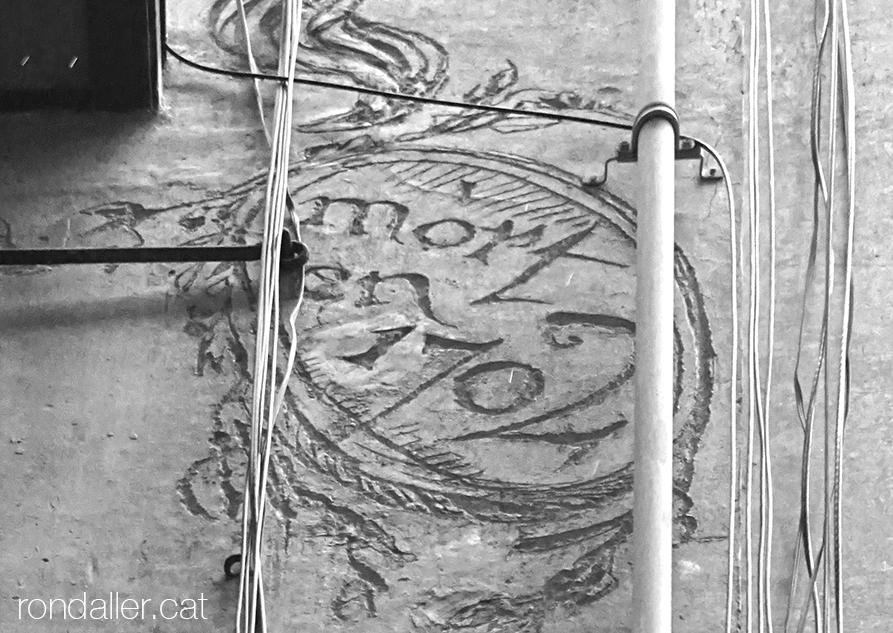 Detall dels esgrafiats de Jujol amb l'any 1702 quan va morir Sant Josep Oriol.