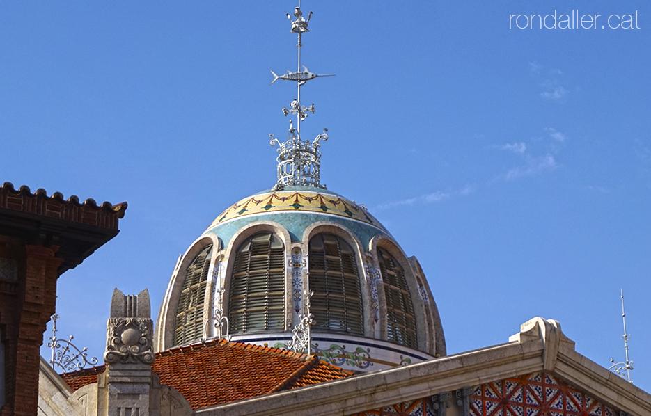 Exterior de la cúpula del Mercat Municipal de València amb un penell amb forma de peix.