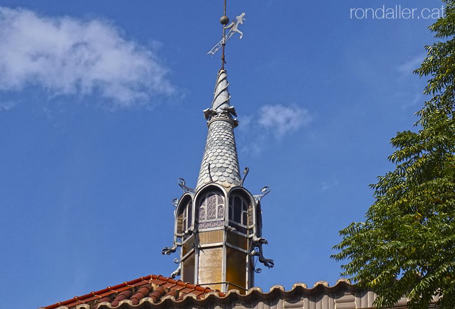 Penell damunt una torreta piramidal d'un dels pavellons del mercat municipal de València.