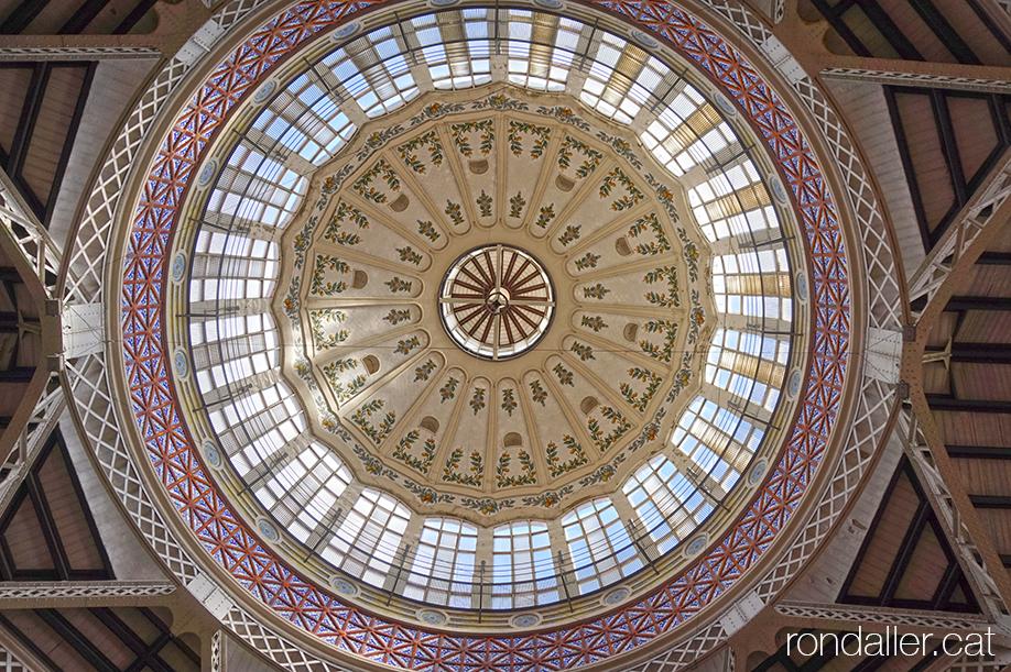 Interior de la cúpula del Mercat Municipal de València, obra d'Enric Videdma i Vidal.