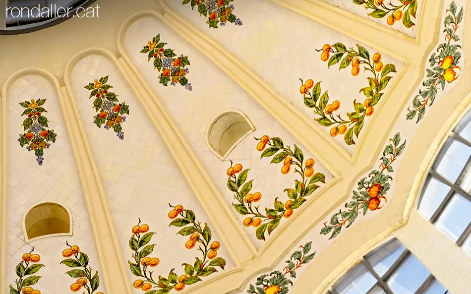 Detall de l'enrajolat interior de la cúpula del mercat, amb motius de taronges.