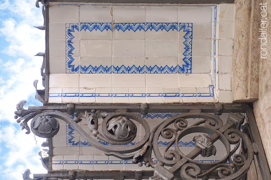 Mènsules del mercat municipal de València, decorades amb rajoles i ferro forjat.