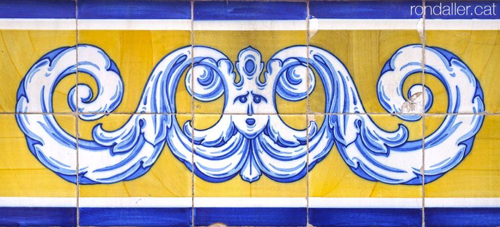 Detall de la sanefa de rajoles que decora l'exterior del Mercat Municipal de València.