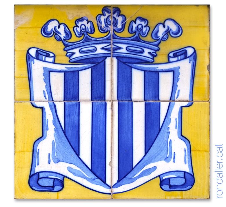 Rajoles amb l'escut de València en color blau sobre fons groc a la façana del Mercat Municipal de València.