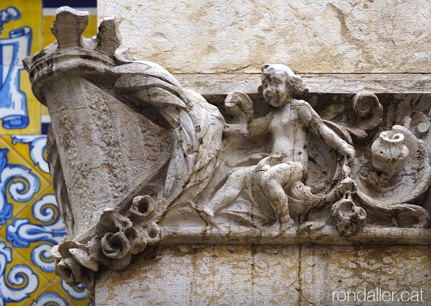 Fris escultòric amb l'escut de València decorant una cantonada de l'edifici.