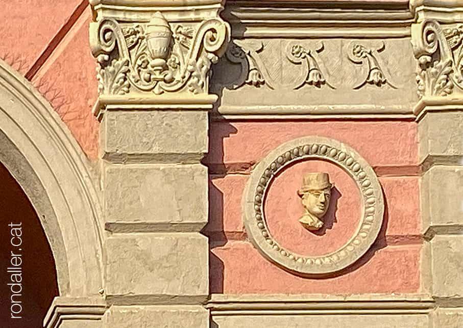 Passejada per Puigcerdà. Cap esculpit en un medalló a l'entrada del Casino Ceretà.