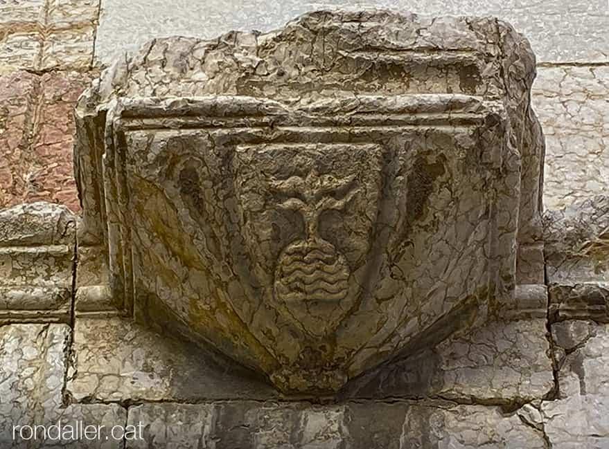 Antic escut de la ciutat amb un roc floronat, en una mènsula de l'església de Sant Domènec.