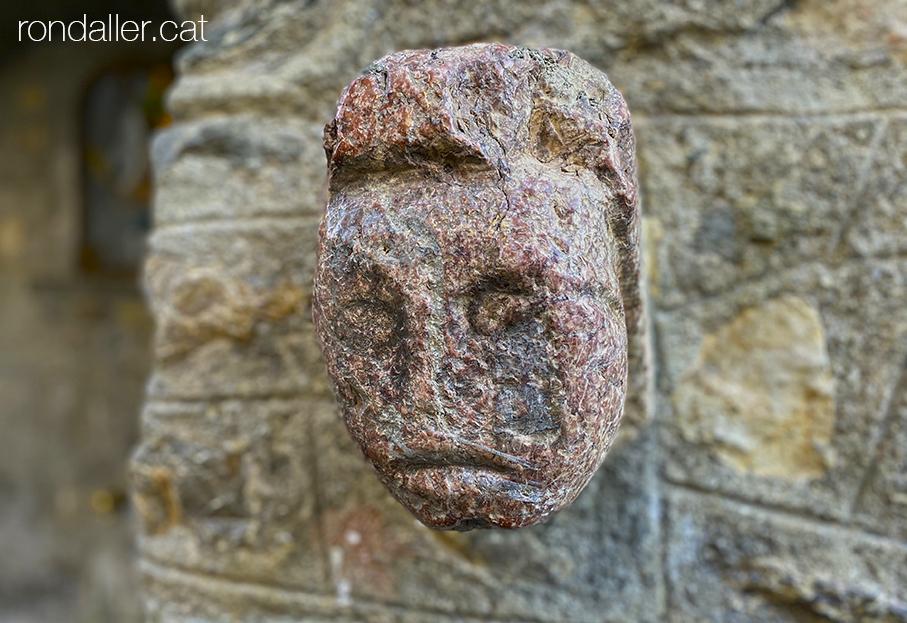 Cap de pedra de la font de Sant Ignasi al carrer Central d'Alp, Baixa Cerdanya.