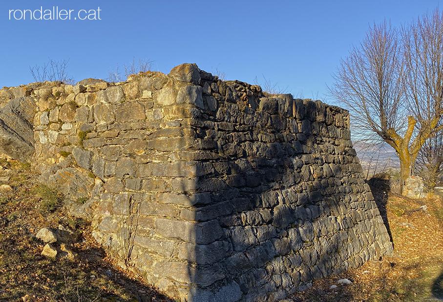 Restes de La Torreta de Das, un element fortificat del segle XV de planta quadrada.