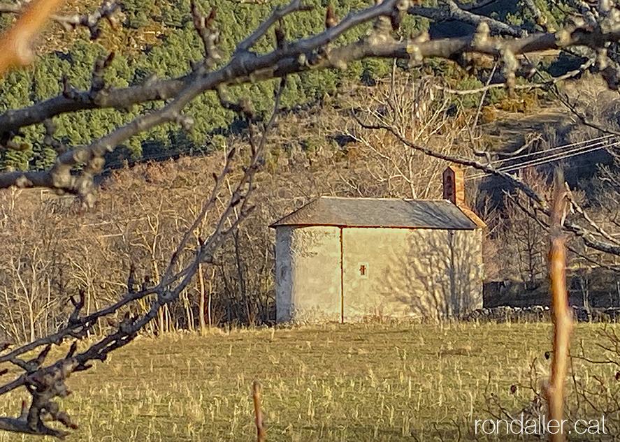 Panoràmica de l'ermita de Santa Bàrbara als afores de Das. Baixa Cerdanya.
