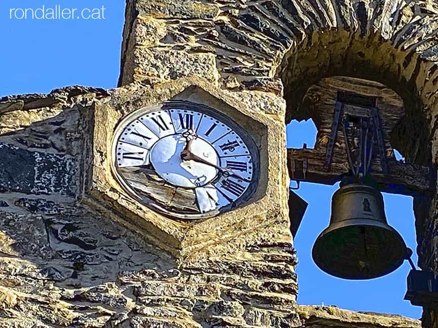 Detall del rellotge hexagonal al campanar de l'església de Sant Esteve a l'Alta Cerdanya.