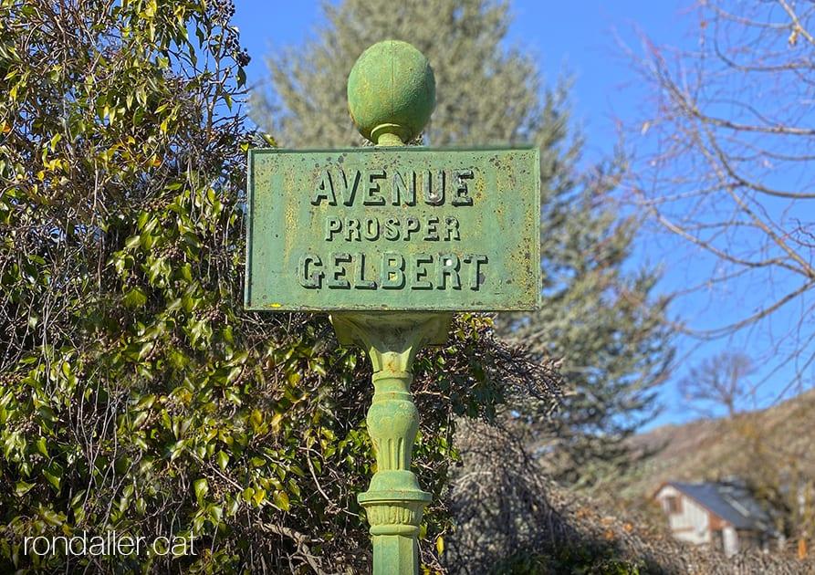 La Tor de Querol, Alta Cerdanya. Pal amb el nom Avenue Prosper Gelbert.