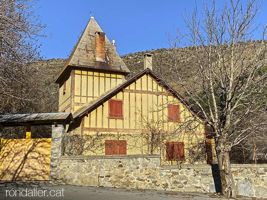 Xalet amb les portes vermelles als afores de La Tor de Querol, Alta Cerdanya.