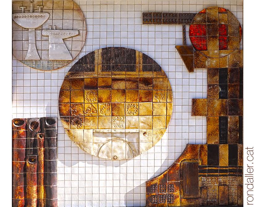 Mural ceràmic de Julio Bono en una botiga de cuines i banys d'Arenys de Mar.