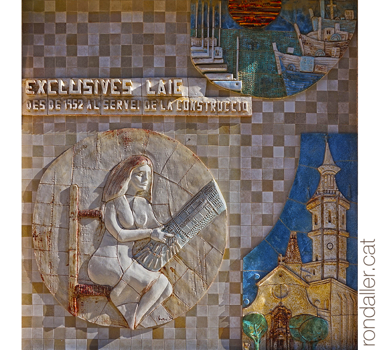 Obres de Julio Bono. Mosaic en relleu amb una puntaire, unes barques i l'església d'Arenys de Mar.