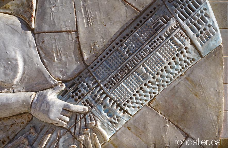Obres de Julio Bono. Detall del relleu ceràmic d'una puntaire a Arenys de Mar.