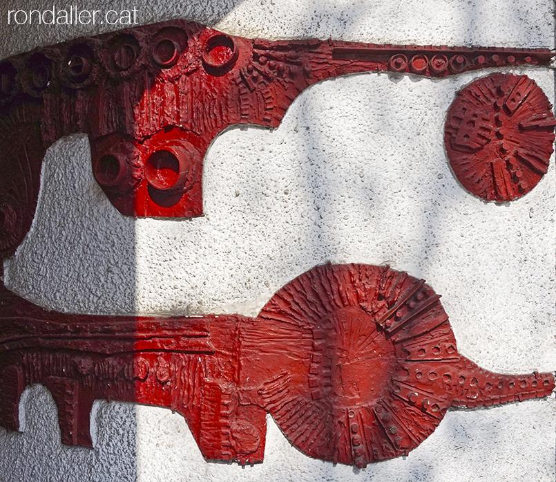 Formes abstractes de ceràmica en relleual vestíbul d'un edifici d'avinguda de Roma.