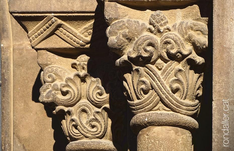 Capitells neoromànics de l'església de Crist Rei projectada per Enric Sagnier el 1923.