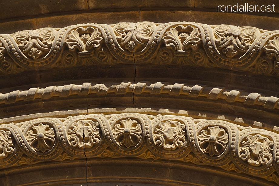 Portalada neoromànica de l'església de Crist Rei projectada per Enric Sagnier al barri de La Sagrera.
