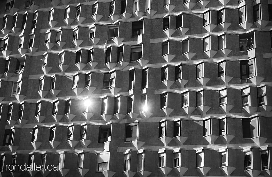 Barri de La Sagrera. Finestres de l'Edifici Meridiana projectat el 1960 per Oriol Bohigas.