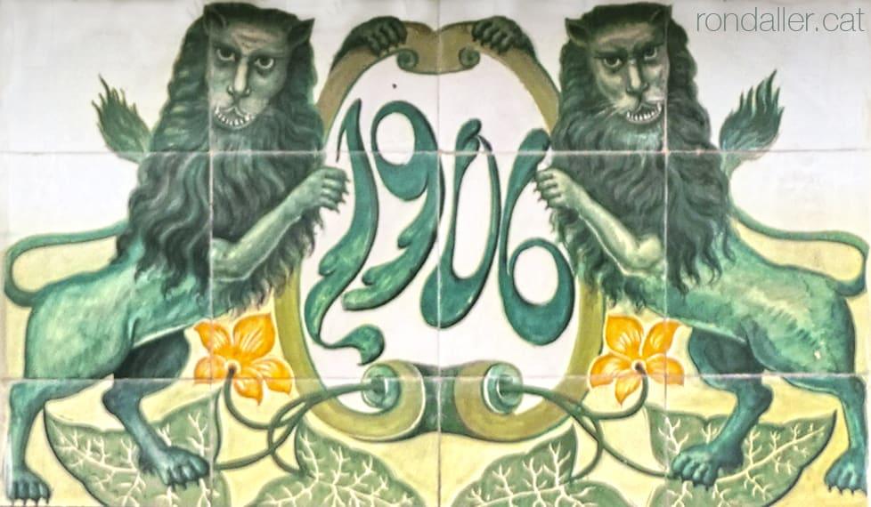 Rajoles modernistes amb la data 1902 entre dos lleons al carrer de l'Estació de Quart de Poblet.