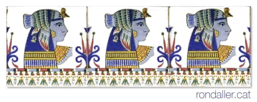 Fris ceràmic d'estil art-déco amb la repetició del cap d'una faraona, a la plaça del País Valencià.