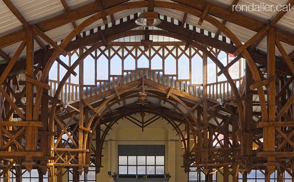 Estructura de fusta de l'interior de l'antic mercat de Burjassot realitzat per Joaquim Maria Arnau.
