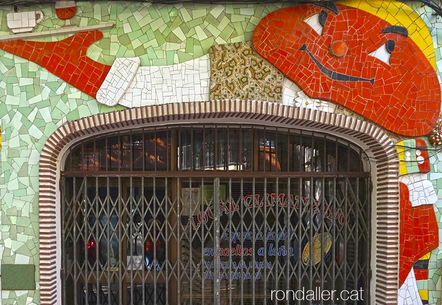 Mural fet de trencadís a la façana d'una cafeteria del carrer Jorge Juan de Burjassot.