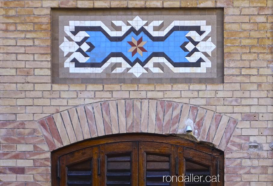 Mosaic que decora la façana de la Casa Pons al carrer Jorge Juan de Burjassot.