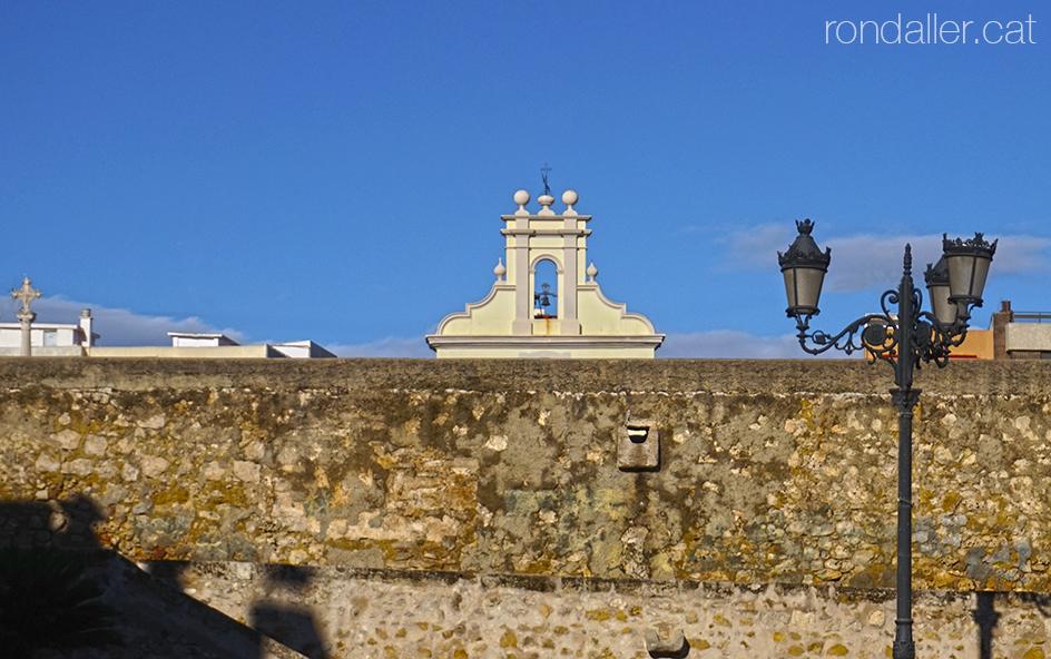 Itinerari per Burjassot. Mur que protegeix les sitges i campanar de l'ermita de Sant Roc.