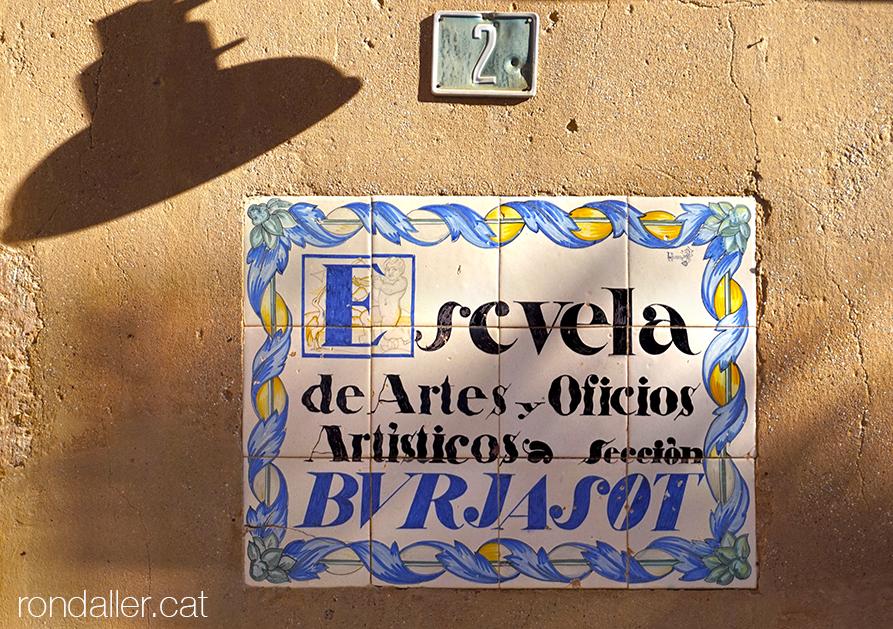 Itinerari per Burjassot. Placa ceràmica de la delegació de l'escola d'arts i oficis de València.