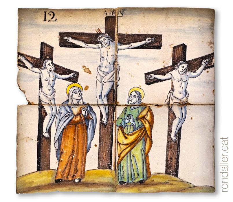Plafó ceràmic barroc d'un viacrucis o calvari amb l'escena de la crucifixió al carrer Bisbe Muñoz.