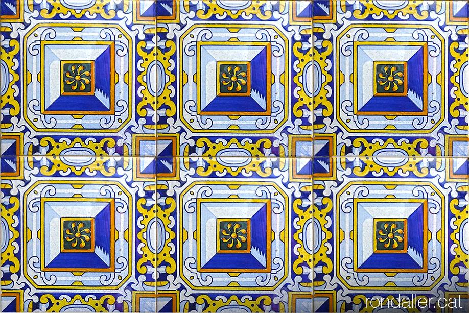 Rajoles anomenades de punta de diamant a l'interior de l'església de Sant Miquel Arcàngel de Burjassot.
