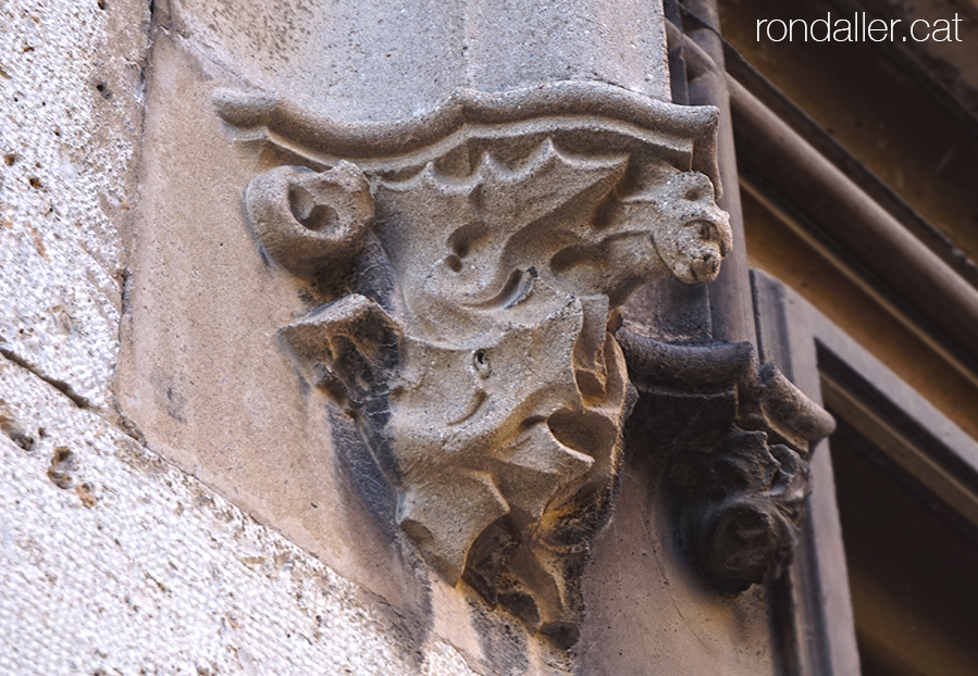 Passeig per Burjassot. Mènsula en una finestra del Reial Col·legi del Corpus Christi.
