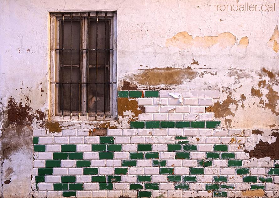 Antiga façana enrajolada al carrer de Mariana Pineda de Burjassot.