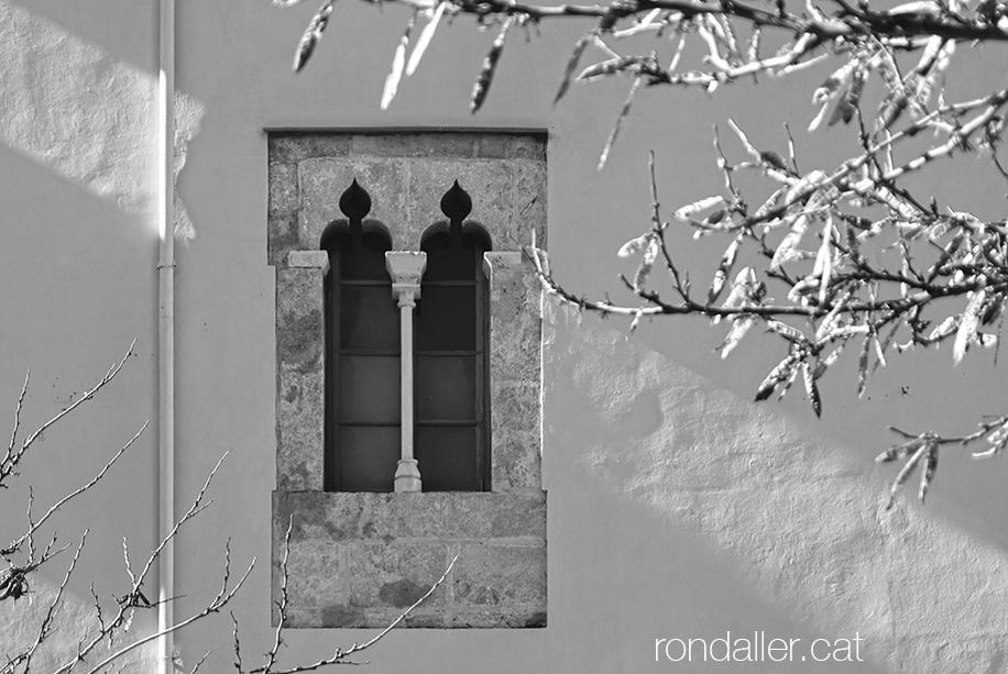 Passeig per Burjassot. Finestres gòtiques del palau de Joan de Ribera, El Patriarca.