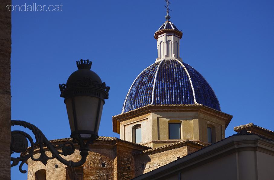 Passeig per Burjassot. Cúpula de ceràmica blava de l'església de Sant Miquel Arcàngel.