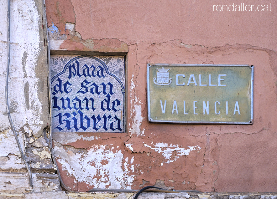 Rajola amb el nom de la plaça de Sant Joan de Ribera a Burjassot, Horta Nord de València.