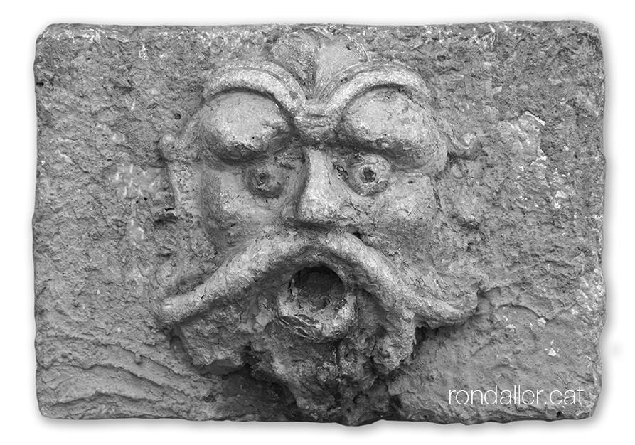 Passeig per Burjassot. Broc amb forma de rostre al pou conegut com el Pouet.