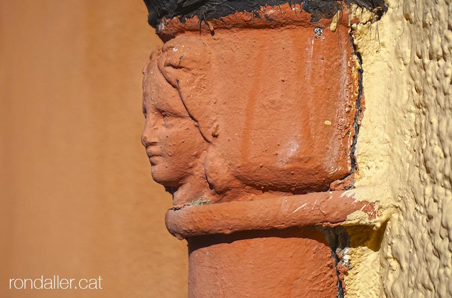 Detall d'un rostre decorant una canonada del carrer Jorge Juan de Burjassot.